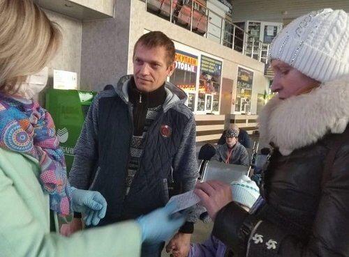В Екатеринбурге волонтеры помогли многодетной семье уехать домой в Талицкий район